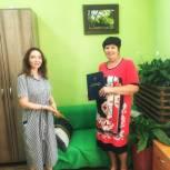 Юлия Литневская вручила Почетную грамоту озеленителю из Саратова