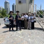 Чеченские молодогвардейцы поздравили сотрудников управления ГИБДД с профессиональным праздником