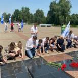 Члены партии «Единая Россия» совместно молодогвардейцами в День памяти и скорби зажгли свечи в честь павших героев