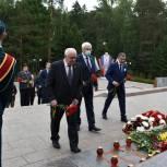 Депутаты Законодательной Думы Томской области возложили цветы к Мемориалу боевой и трудовой славы