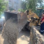На детскую площадку обновленного сквера завезли песок