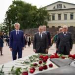 Александр Моор возложил цветы к Вечному огню в Тюмени