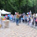 Активисты регионального отделения партии «Единая Россия» и «Молодой Гвардии» поздравили жителей областного центра с праздником