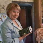 В Кузбассе победитель предварительного голосования подарила многодетной семье смартфоны