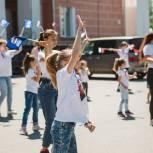 В Копейске активисты «Единой России» провели молодежный флешмоб в честь Дня России