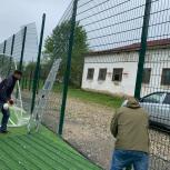 По просьбе жителей посёлка Снежный  было отремонтировано  ограждение футбольного поля