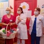 Многодетные мамы присоединяются к партийной  акция «Носочки для жизни» на юго-востоке Москвы