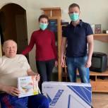 Надымские единороссы подарили маломобильному пенсионеру телевизор