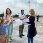 Более 1000 лент в цветах российского флага раздали единороссы запада Москвы в День России