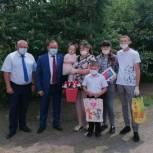 В Ростовской области многодетным семьям и детям с ОВЗ вручили планшеты