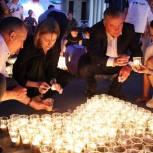 В Чебоксарах из десяти тысяч свечей выложили огненную картину войны