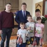 Активисты местных отделений «Единой России» поздравили детей из многодетных и малообеспеченных семей