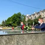 Единороссы возложили цветы к мемориальному комплексу в Балашихе