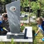 Единороссы Ноябрьска высадили саженцы цветов бархатцев на местах захоронений ветеранов