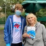 Волонтёры «Единой России» раздали 1000 ленточек триколора жителям Центрального округа