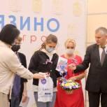 Фрязинские партийцы вручили школьникам паспорта