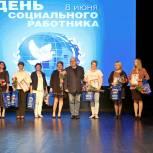 Лидер луховицких единороссов Владимир Гинсберг поздравил соцработников с профессиональным праздником