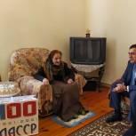 Фарид Ахмедов поздравил труженицу тыла, заслуженного учителя РД с наступающим женским праздником