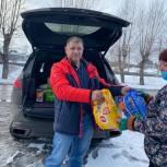 В Прокопьевске депутат от «Единой России» доставил корм для бездомных животных