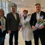 2000 тюльпанов подарили женщинам чеховские единороссы