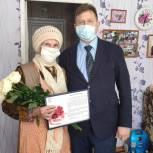 Активисты «Единой России» и «Молодой Гвардии» вручили цветы женщинам-ветеранам