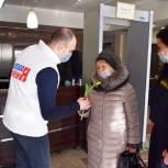 Молодогвардейцы и судебные приставы поздравили жительниц областного центра с наступающим  8 Марта