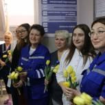 Молодогвардейцы поздравили женщин-медиков