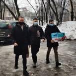 Волонтеры Красногорска подарили пенсионеру пылесос