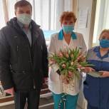 Печенгские единороссы поздравили женщин-медиков