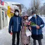 Волонтеры поздравляют кировчанок с 8 марта