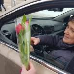Цветы за улыбки: партийцы поздравили серпуховских автоледи с наступающим 8 марта
