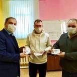 В Коломне Игорь Исаев вручил волонтерам сертификаты на заправку автомобилей