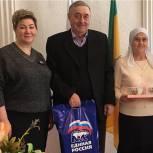Секретарь Каменского местного отделения Ольга Логачёва поздравила семью Бикяшевых с юбилеем семейной жизни