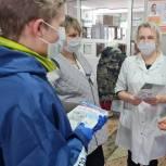 Дзержинские единороссы поздравили медицинских работников с Международным женским днем