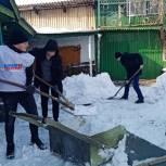 В Сибири и Поволжье активисты «Единой России» помогли пенсионерам справиться с последствиями снегопадов