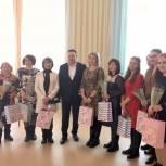Андрей Воробьев вручил подарки женщинам-медикам