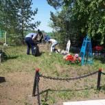 Жителей Абатского приучают к чистоте на кладбище