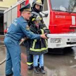 В Москве «Единая Россия» устроила экскурсию в пожарную часть для детей из многодетных семей