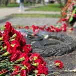 В районе Гольяново возложили цветы к мемориальному комплексу «Защитникам Отечества»