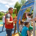 Александр Легков проверил детскую площадку в Пересвете