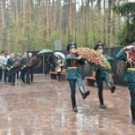 Игорь Брынцалов возложил цветы к могиле павших воинов в Балашихе