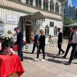 Активисты возложили цветы в память о трагедии в Казани
