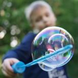 Единороссы Ноябрьска организовали для воспитанников детдома «Семья» шоу мыльных пузырей