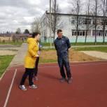 Александр Легков пообещал помочь со спортивной площадкой школе в Мишутино