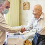 Владимир Шапкин поздравил ветерана с днем рождения