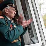 Игорь Брынцалов поздравил ветерана Александра Григорьевича Золотова с Днём Победы
