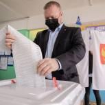Максим Коркин проверил работу участковой счётной комиссии в Новинской школе