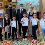 Виктор Казарин подарил детским садам Губкинского учебники по шахматам