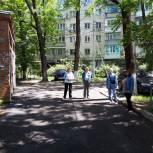 Депутат-единоросс помог отремонтировать дорожное покрытие, ведущее к одной из многоэтажек города