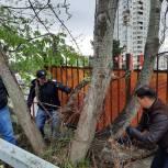 Единороссы провели субботник на мемориальном комплексе в Сочи